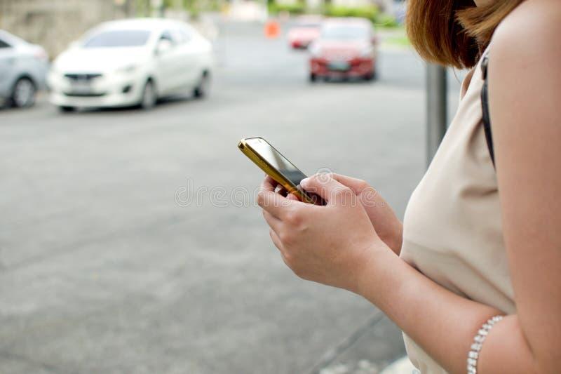 En kvinna väntar på taxien royaltyfria bilder