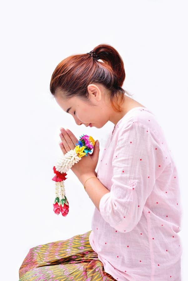 En kvinnalönvördnad med den thailändska traditionella jasmingirlanden på henne händer royaltyfri foto
