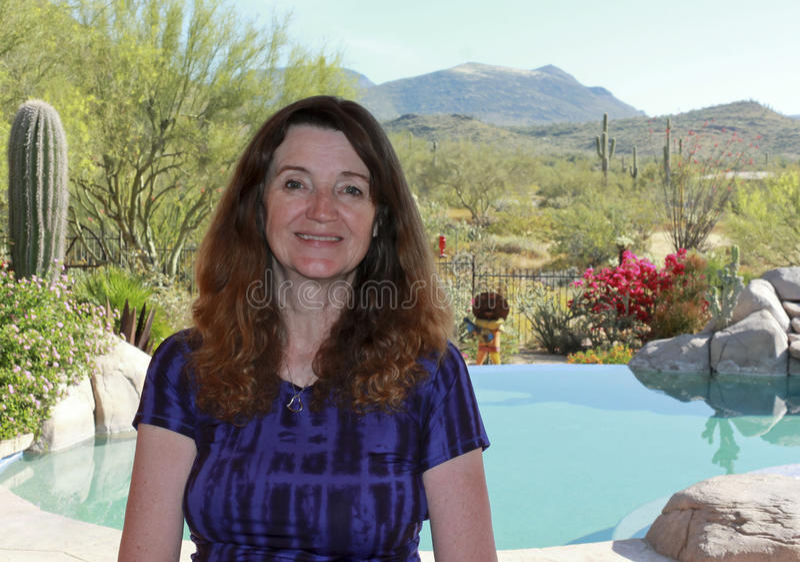 En kvinnaPoolside i öken för Arizona ` s Sonoran arkivbilder