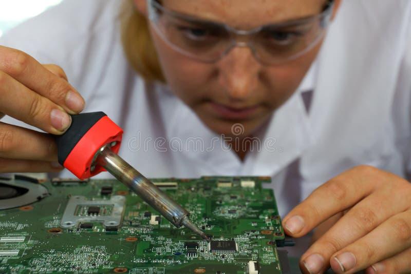 En kvinnlig datortekniker på arbete arkivbilder