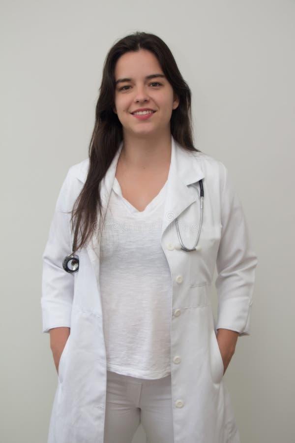 En kvinnlig doktor med stetoskopet royaltyfria bilder