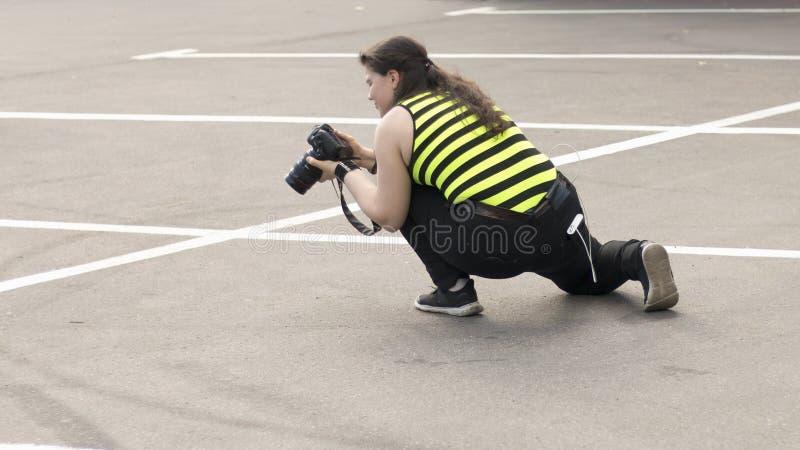 En kvinnlig fotograf med DSLR-kameran arkivbilder
