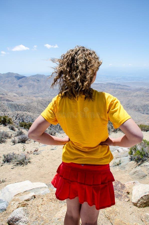 En kvinnlig med lockigt hår beundrar den härliga sikten av Coachellaet Valley under, från tangentsiktssynvinkel arkivfoton