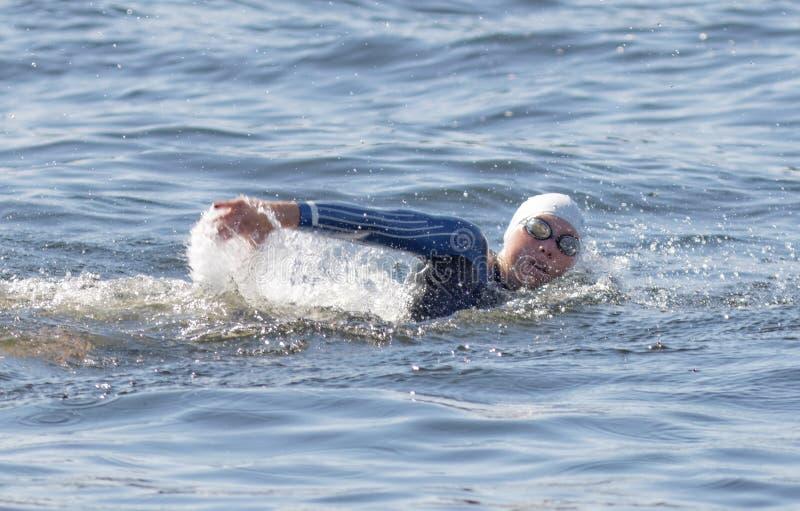 En kvinnlig simmarecloseup fotografering för bildbyråer