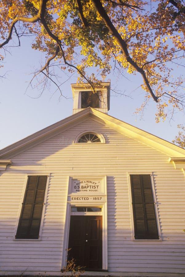 En kyrka eller ett mötehus som byggs i 1857 i Hurley New York royaltyfria foton