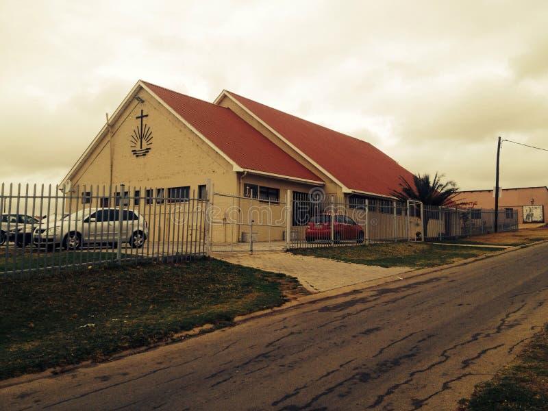 En kyrka i en liten stad royaltyfria bilder