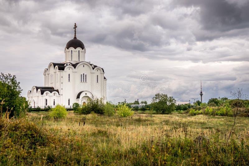 En kyrka med en kupol och en tv står högt i bakgrunden fotografering för bildbyråer