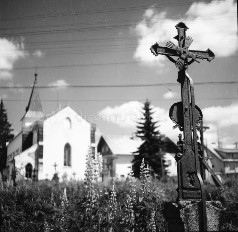 En kyrkogård på byn Kvilda i Tjeckien royaltyfria bilder