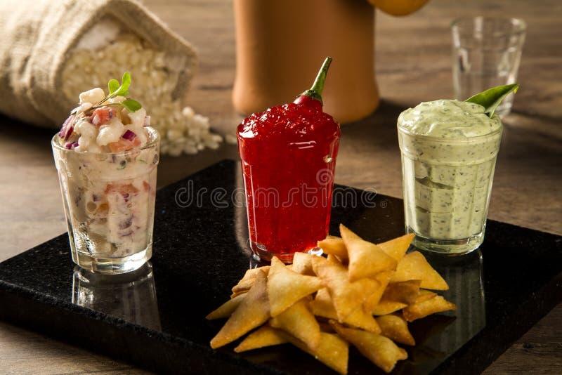 En läcker kopp av Guacamole, gelé för varm peppar, bredvid nytt in arkivfoto