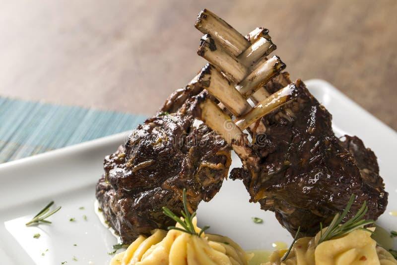 En läcker maträtt av kuggen av lammet med potatisen royaltyfri bild