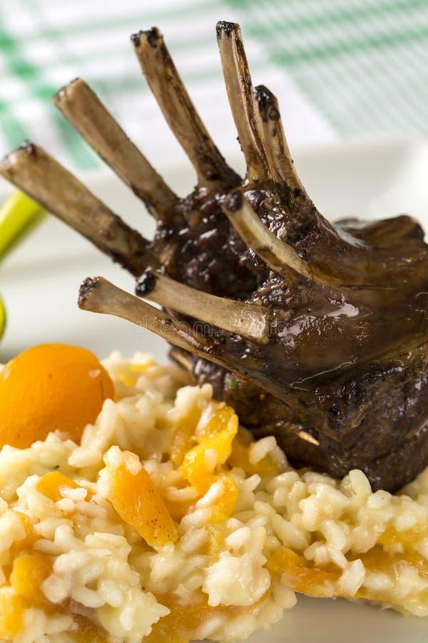 En läcker maträtt av kuggen av lammet med ris och aprikons på en squa arkivfoto