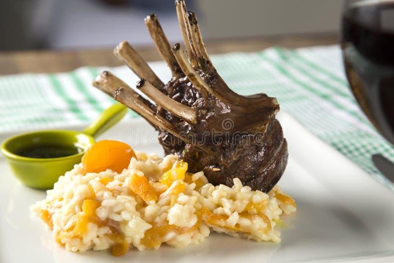 En läcker maträtt av kuggen av lammet med ris och aprikons på en squa arkivfoton