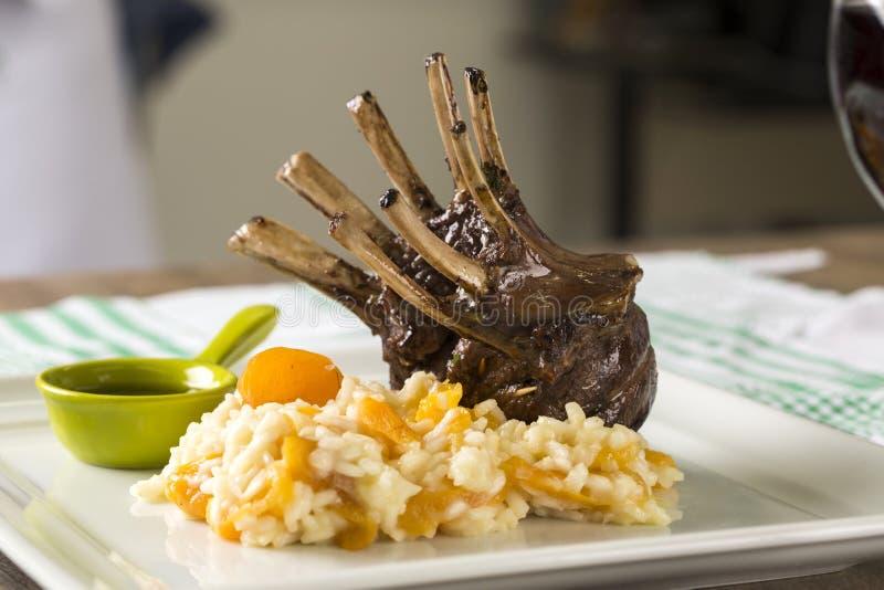 En läcker maträtt av kuggen av lammet med ris och aprikons på en squa royaltyfria foton