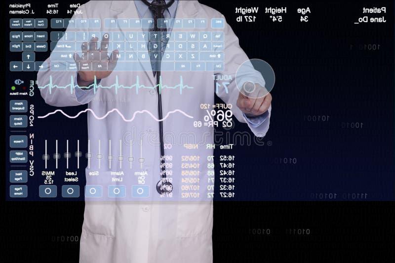 En läkare skriver in information på en futuristisk dator. royaltyfria bilder