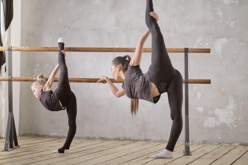 En lärare av den klassiska dansen undervisar några moment till hans unga student som önskar att lära hur man dansar Begrepp av royaltyfri foto