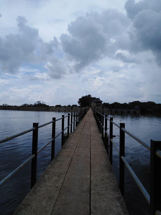 En lång bana i mitt av sjön royaltyfri fotografi