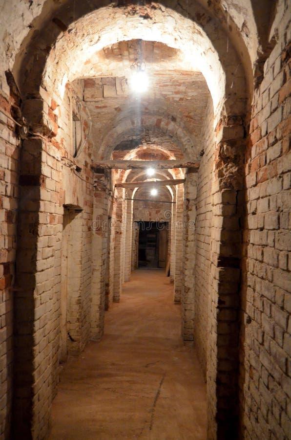En lång dyster underjordisk korridor som leder till ingenstans arkivbild