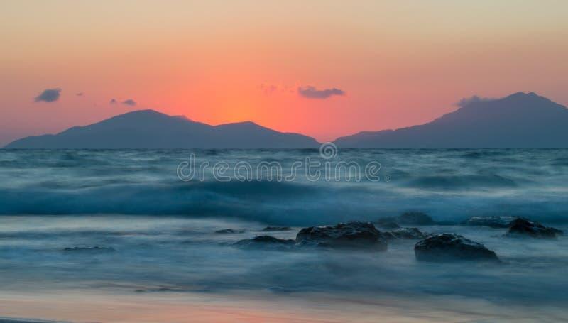 En lång exponering av havet på den guld- timmen royaltyfri foto