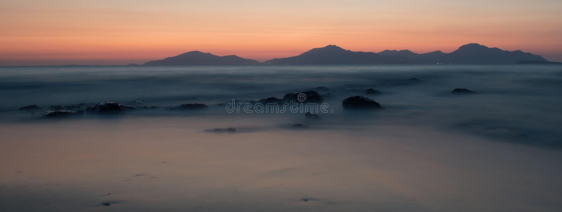 En lång exponering av havet under den guld- timmen på solnedgången fotografering för bildbyråer