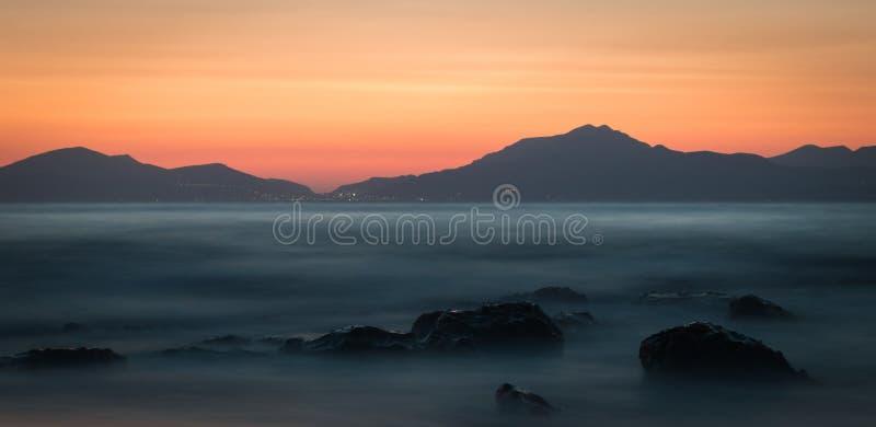 En lång exponering av havet under solnedgång på den guld- timmen fotografering för bildbyråer