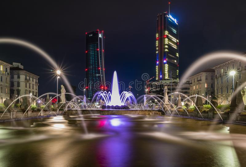 En lång exponering om springbrunnen för fyra säsonger i Milan och de två jättarna vid natt arkivfoto