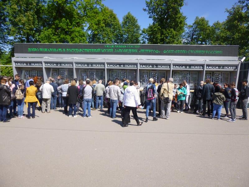 En lång kö för biljetter royaltyfri foto