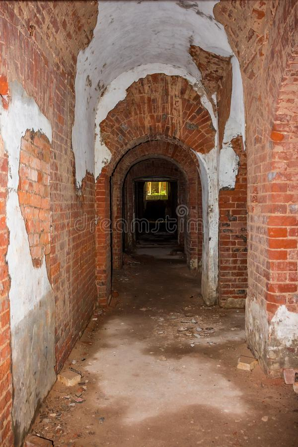 En lång korridor i källaren av ett övergett hus fotografering för bildbyråer