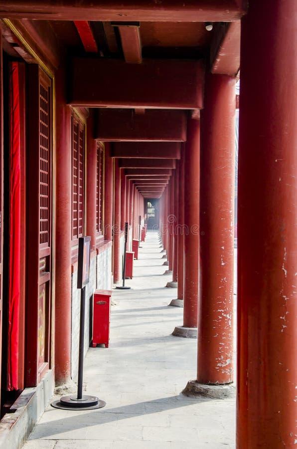En lång korridor i templet royaltyfria bilder