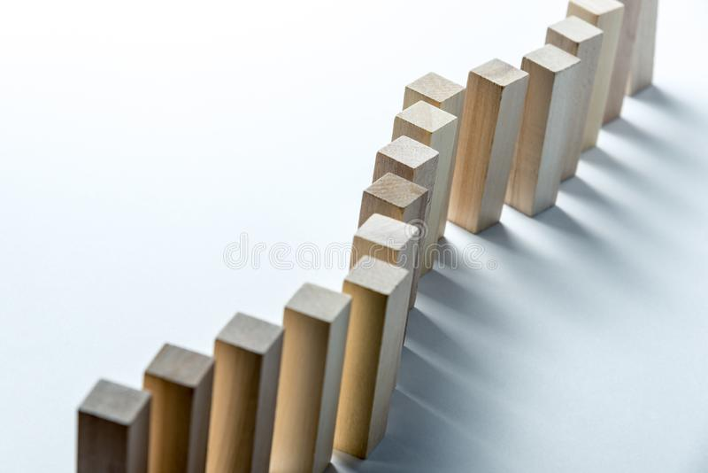 En lång krökt linje av träkuber, som ett symbol av en kö, konkurrens för en position eller laget, på en ojämn vit bakgrund royaltyfria bilder