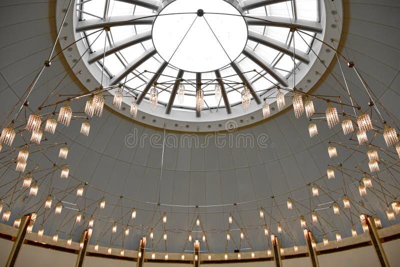 En lång rad ljus på ett sfäriskt tak royaltyfri bild