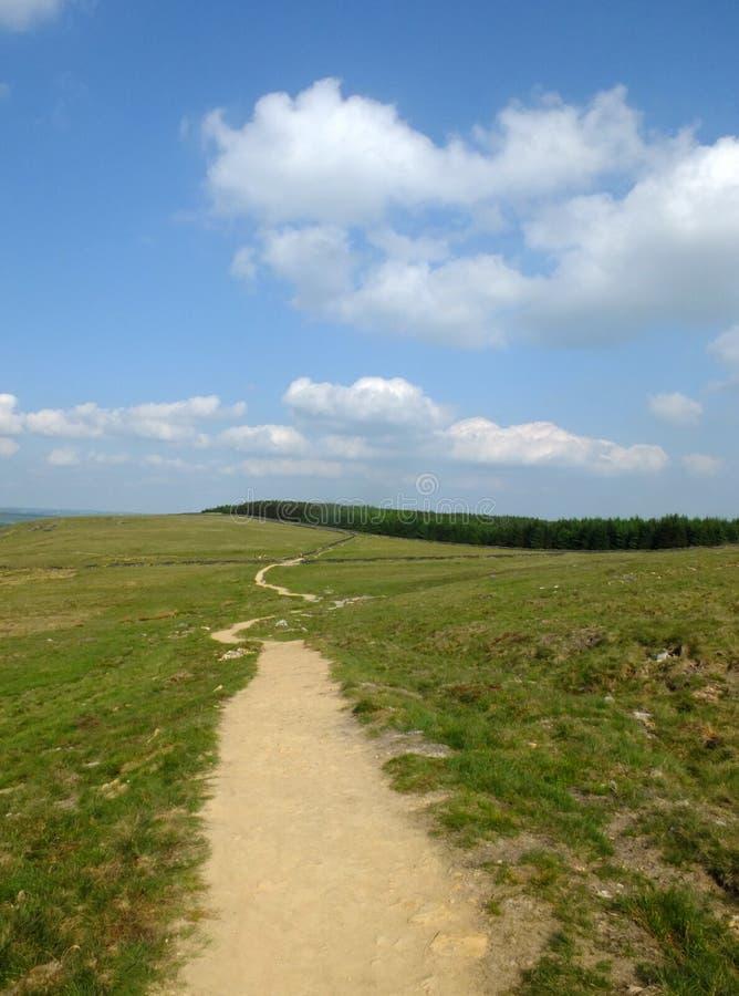 En lång slingrig vandringsledspring in i avståndet i stoodleyhed i yorkshire med fält och lantgårdar i avståndet arkivbilder