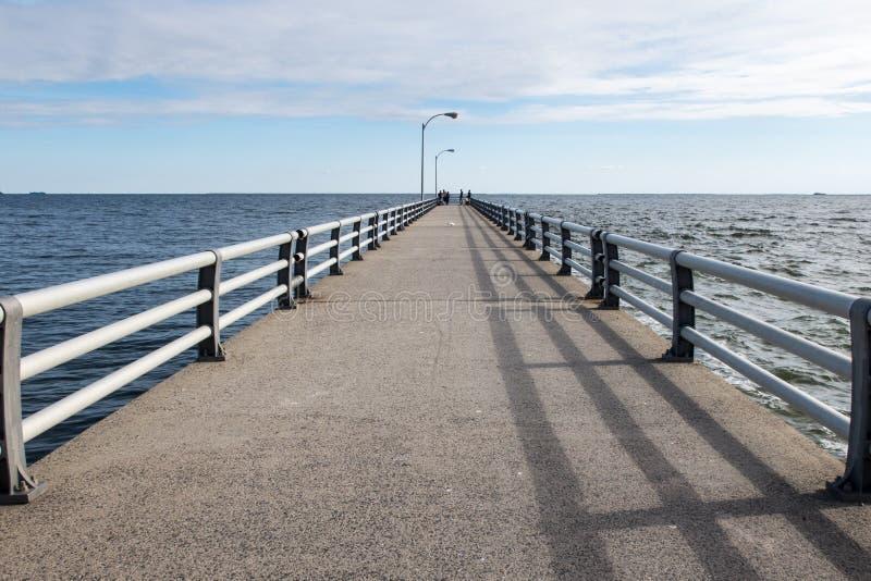 En lång strandpromenad på havet arkivbild