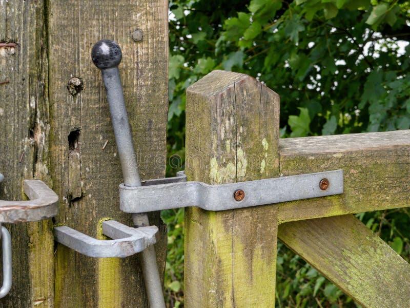 En låsa port, som du skulle finna över offentligt, parkerar områden i England, UK fotografering för bildbyråer