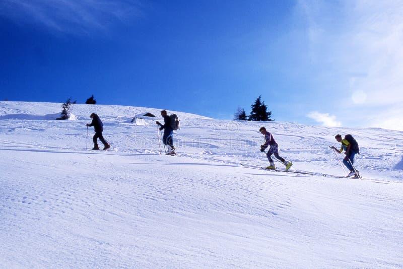 En línea en la nieve foto de archivo