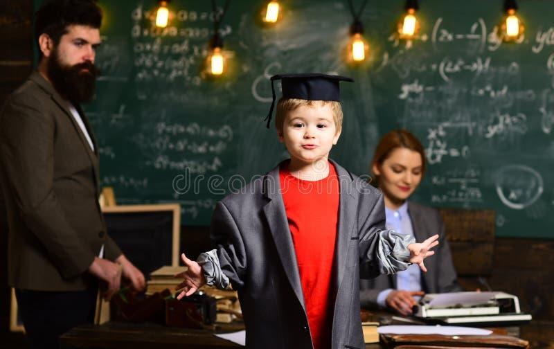 En línea estudiando El profesor particular debe creer que las cosas se pueden cambiar con la acción Buena estudiantes contratados imagen de archivo libre de regalías