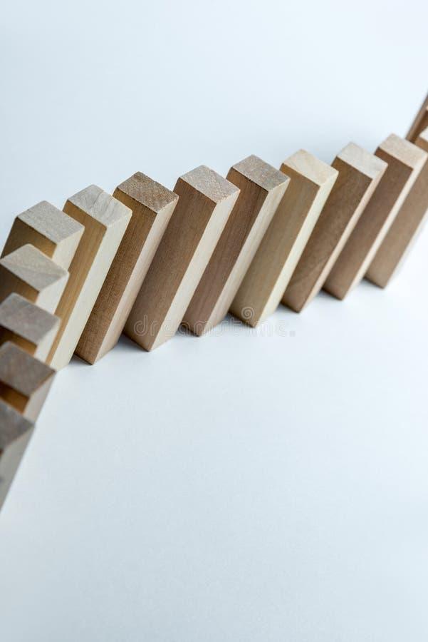 En l?ng kr?kt linje av tr?kuber, som ett symbol av en k?, konkurrens f?r en position eller laget, p? en oj?mn vit bakgrund royaltyfria foton