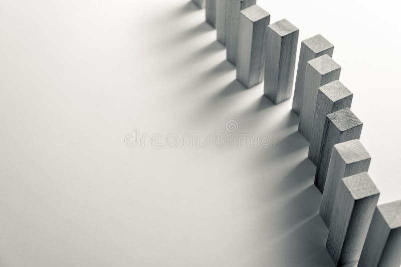 En l?ng kr?kt linje av tr?kuber, som ett symbol av en k?, konkurrens f?r en position eller laget, p? en oj?mn vit bakgrund royaltyfri foto