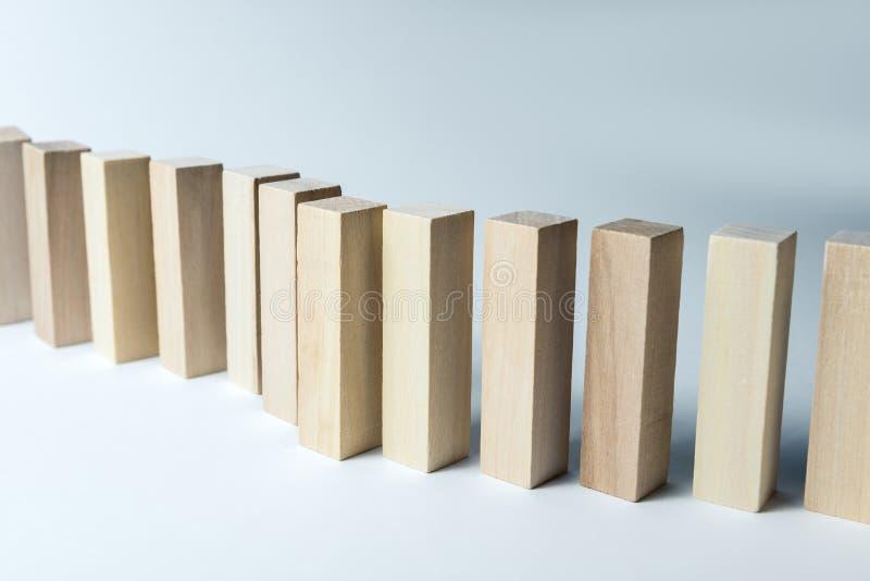 En l?ng kr?kt linje av tr?kuber, som ett symbol av en k?, konkurrens f?r en position eller laget, p? en oj?mn vit bakgrund royaltyfri bild