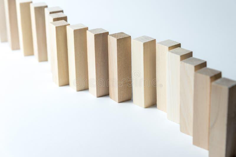 En l?ng kr?kt linje av tr?kuber, som ett symbol av en k?, konkurrens f?r en position eller laget, p? en oj?mn vit bakgrund fotografering för bildbyråer