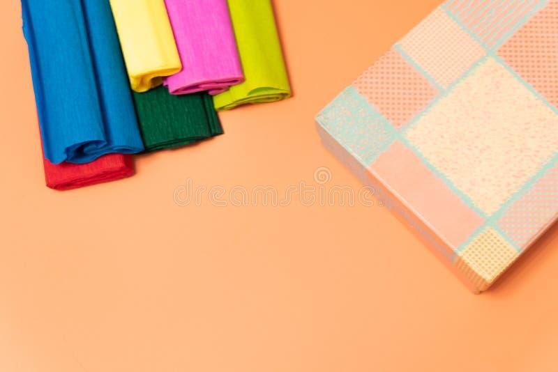En la caja de regalo rosada del fondo, papel acanalado coloreado que embala El concepto del día de fiesta fotografía de archivo libre de regalías