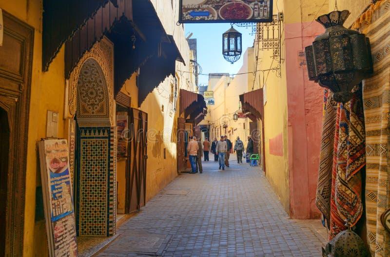 En la calle de Medina antiguo en Meknes, Marruecos fotografía de archivo