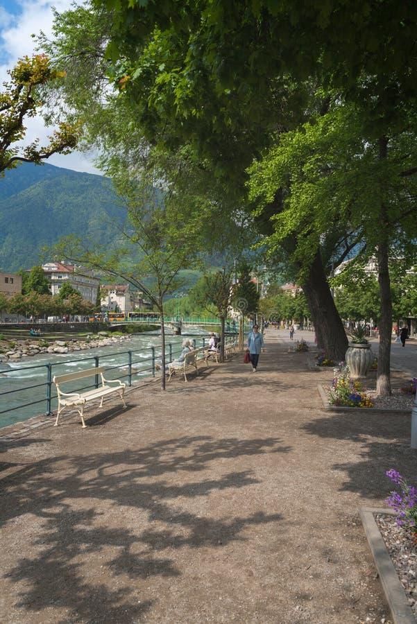 En la calle de Merano, una ciudad hermosa en las montañas alpinas del Tyrol del sur fotos de archivo