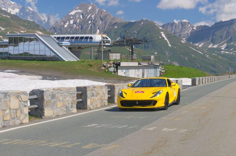 En la calle Ferrari amarillo participa en el acontecimiento 2018 de la CABALGATA a lo largo de los caminos de Italia, de Francia  imagen de archivo libre de regalías