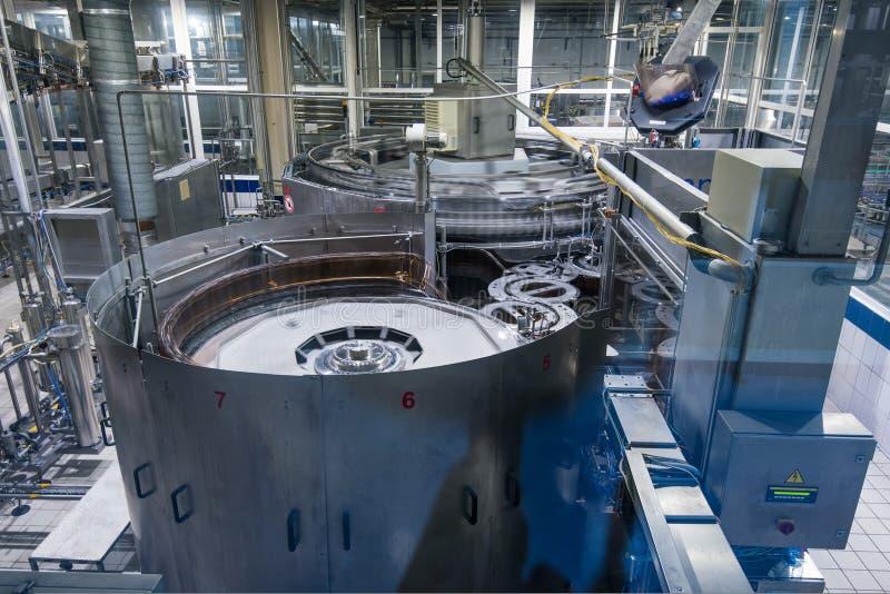 En la cerveza que elabora la fábrica fotos de archivo