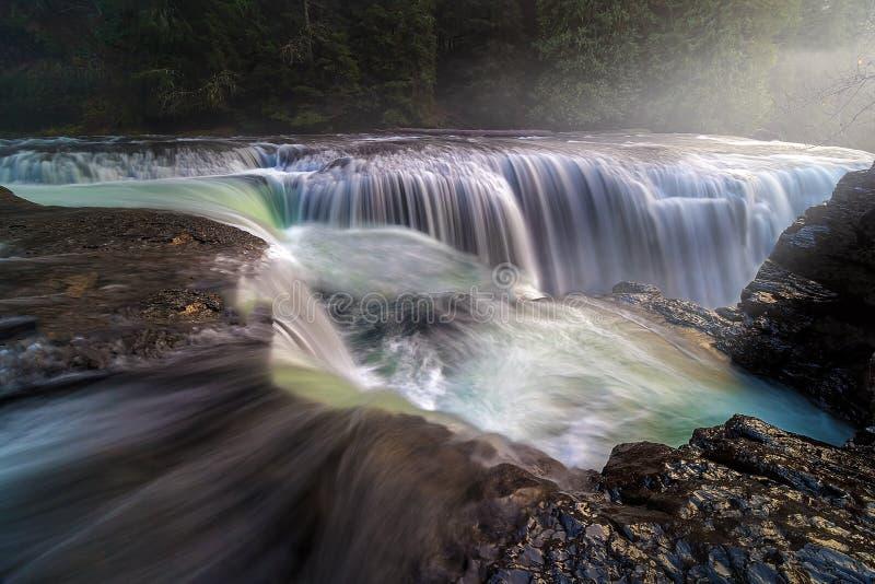 En la cima de Lewis River Falls más bajo imágenes de archivo libres de regalías