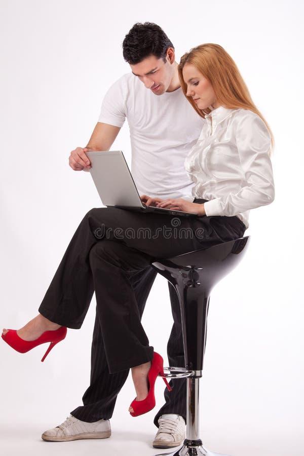 En la computadora portátil que trabaja junto imagenes de archivo