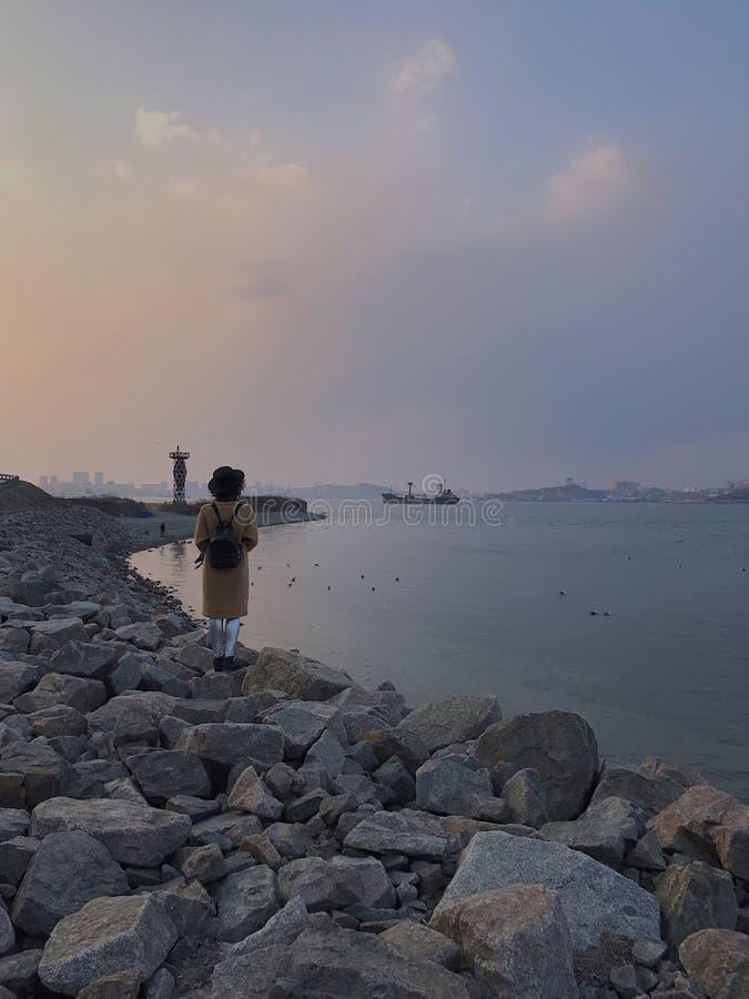 En la costa de mar fotos de archivo