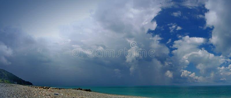 En la costa del Mar Negro antes de una tempestad de truenos imagen de archivo libre de regalías