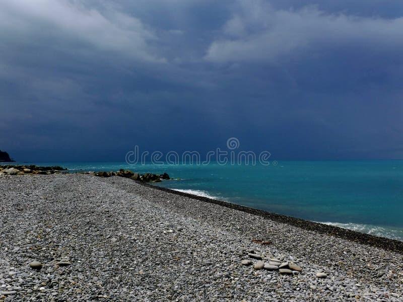 En la costa del Mar Negro antes de una tempestad de truenos fotos de archivo