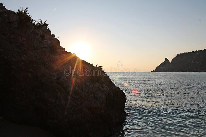 En la costa salvaje del ` s de Calabria fotografía de archivo